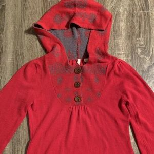 Moth Hooded 1/4 Button Red / Gray Floral Pattern